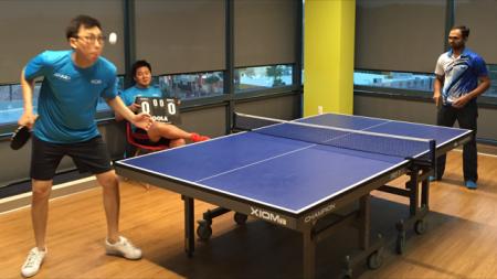 Harry serves to Vijay to start the match